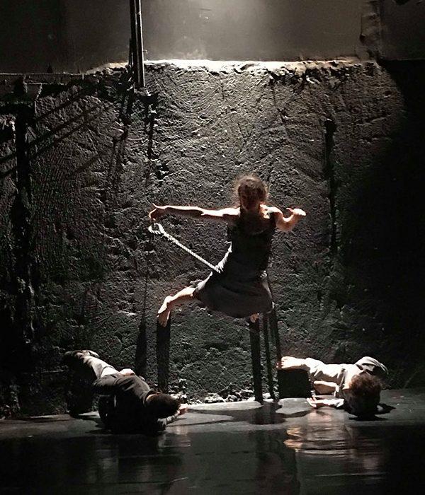 Η μάχη της αγάπης, η πάλη με τους προσωπικούς μας δαίμονες, ο πόνος της ίδιας της ύπαρξης, της σκιάς και του φωτός   Το Δρακοδόντι κριτική Το Δρακοδόντι, θέατρο Ροές: πώς γεννήθηκε αυτή η μοναδική σύμπραξη;