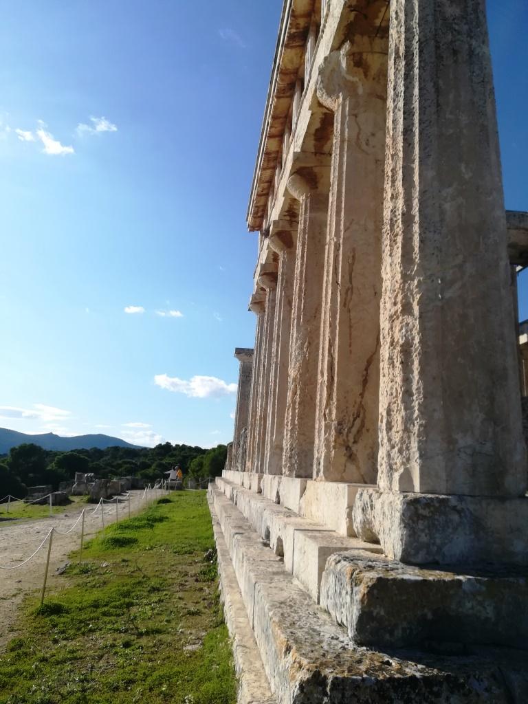 Δεν θα ξεχάσω από την Αίγινα το γαλάζιο του ουρανού που συναντά το βαθύ μπλε της θάλασσας κι όλο αυτό το μαγικό, τόσο κοντά στην Αθήνα! Ταξίδι στην Αίγινα τον Χειμώνα: Οι κρυφές γωνιές του νησιού, η γαστρονομία, ο πολιτισμός, το μπλε